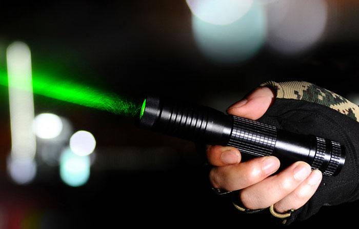 Faisceau laser stout du pointeur laser rouge